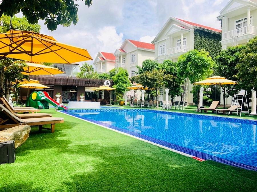 Trang trí thảm cỏ nhân tạo tại khu nghỉ dưỡng