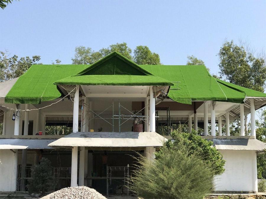 Trang trí mái nhà bằng cỏ nhân tạo