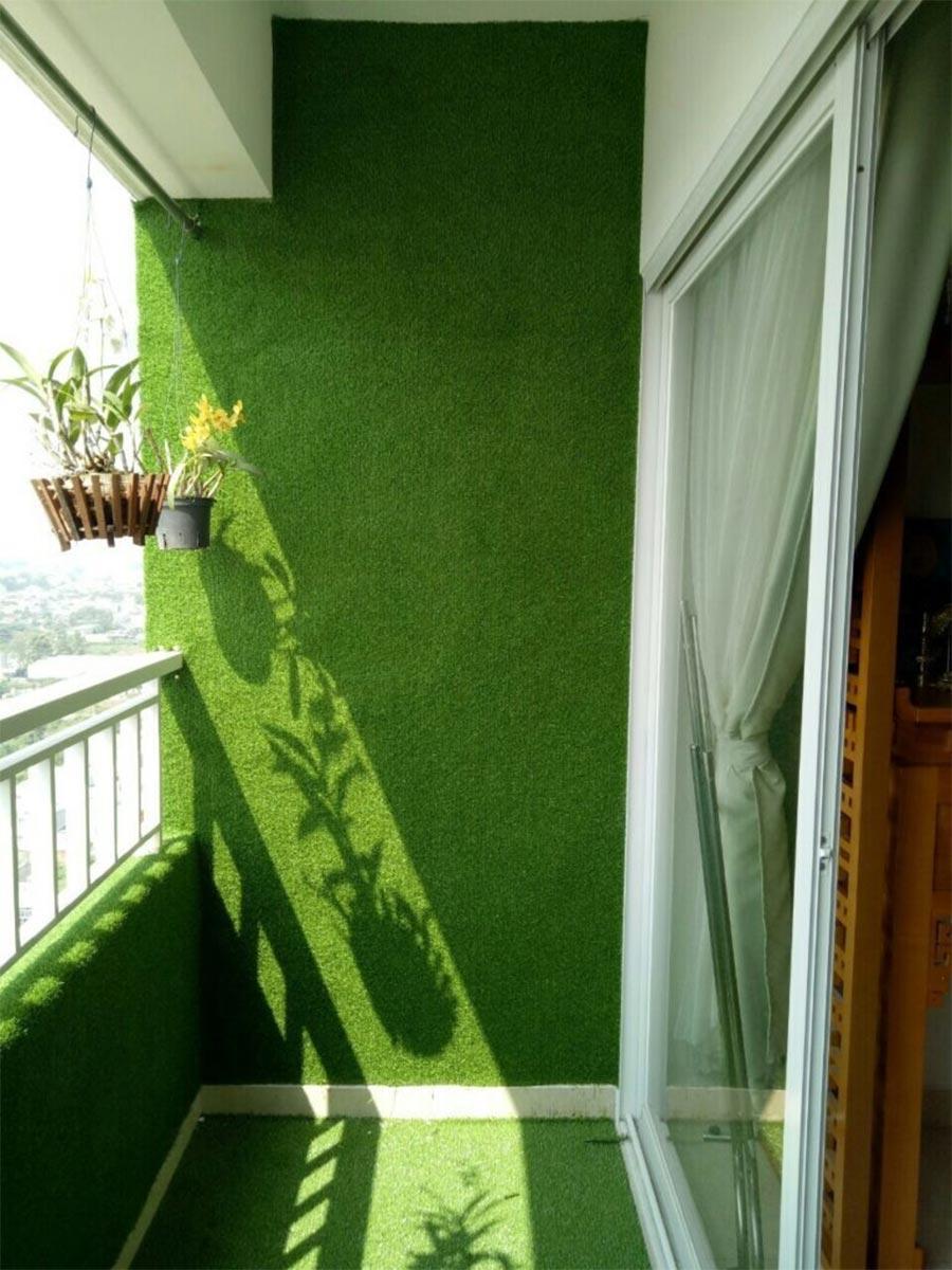 Thảm cỏ trang trí tường ban công đẹp mắt