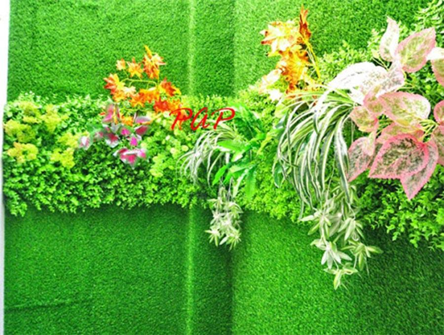 Thảm cỏ kết hợp hoa lá nhựa trang trí tường ban công đẹp