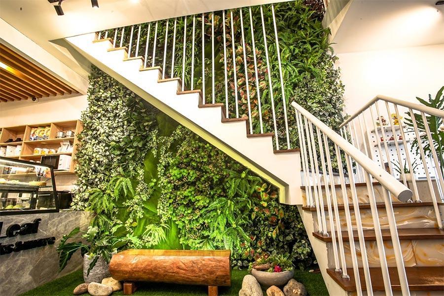 Tường cây giả trang trí cầu thang